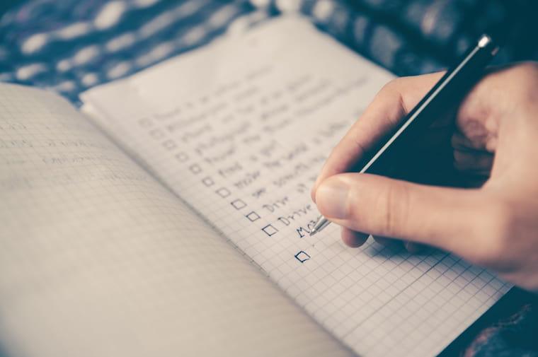 チェックリストを作る人の画像
